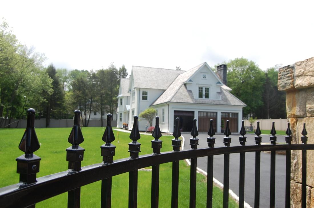 lyndale_manor_drivway_fence_2011-05-20-201-1600x1061-1100x729.jpg